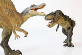 スピノサウルスは、ティラノサウルス ・ レックスでオフに直面します。 — ストック写真