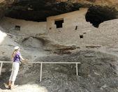 Eine frau untersucht höhle 2 bei der gila cliff dwellings — Stockfoto