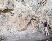 A Woman Points Out Pictographs at the Gila Cliff Dwellings — Stock Photo