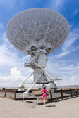 A Woman Reads a Placard at the VLA — Stock Photo
