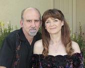 Um casal de meia idade em um jardim — Fotografia Stock