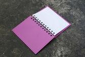 Otwórz notatnik fioletowy — Zdjęcie stockowe