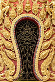Zlaté štukovým designem nativní thajském stylu na zdi — Stock fotografie