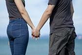 Mladý pár, drželi se za ruce — Stock fotografie