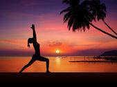 Garota do yoga em silhueta do sol — Foto Stock