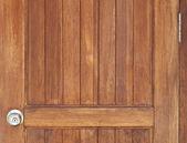 Porta de madeira com fechadura com chave closeup — Foto Stock
