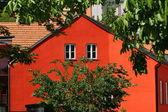 Bonita casa vermelha no pitoresco distrito de praga — Foto Stock