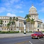 klassiska bilar framför capitol i Havanna. Kuba — Stockfoto