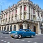 cadillac clássico em frente ao grande teatro em havana, cuba — Foto Stock