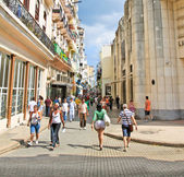 Cubans walk Calle Obispo street in Havana, Cuba. — Stock Photo