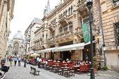 Los turistas visitan la ciudad vieja en bucarest, rumania. — Foto de Stock