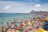 Turist kostineşti, romanya ile kalabalık plaj. — Stok fotoğraf