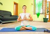 Bela jovem, preparando-se para a meditação — Foto Stock