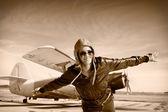 Mutlu genç kadın kaldırdı elleriyle airporte üzerinde uçan, — Stok fotoğraf