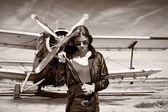 Mooi meisje in zwarte jas poseren — Stockfoto