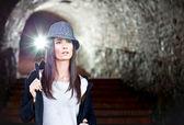 帽子のポーズと魅力的な若いブルネット. — ストック写真