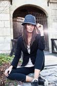 Morena jovem atraente com chapéu posando. — Foto Stock