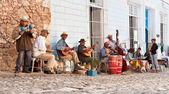 Músicos tradicionales tocando en las calles de trinidad, cuba. — Foto de Stock