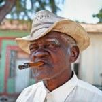 Cuban man smoking a cigar. Trinidad, Cuba. — Stock Photo