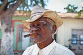 Hombre cubano fumando un cigarro. trinidad, cuba. — Foto de Stock