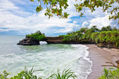 Beautiful beach and Pura Batu Bolong temple on Bali. — Stock Photo