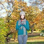 Beautiful girl hold an apple on sunny autumn-day — Stock Photo