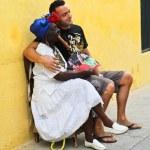 stará dáma s jemný doutník v typické kubánské oblečení polohovacího — Stock fotografie