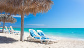 Beautiful tropical beach at the Caribbean island with white sand — Stock Photo