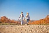 романтическая пара зонтик на осень ходить — Стоковое фото