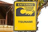 Grand tsunami jaune signer sur un poteau en bois sur la plage à bali — Photo