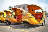 Havana'da sarı coco taksi — Stok fotoğraf