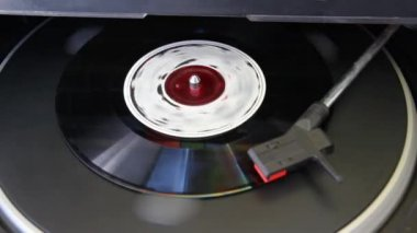 Vinyl record played on turntable — Stock video