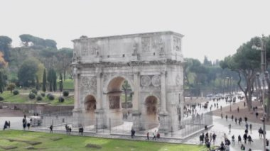 The arch of Constantine at the end of the palatine hill — Stock Video