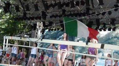 Flickor som dansar på scen — Stockvideo