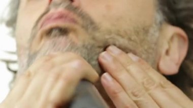 Man using an electric shaver — Stock Video