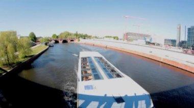 лодка прокатки под мостом — Стоковое видео