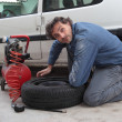 Inspecting the tire pressure — 图库照片