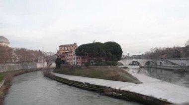 Ponte Rotto ruins of the ancient Broken Bridge in Rome, Italy — Stock Video