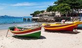 Dwie łodzie na plaży copacabana i fort copacabana w rio de janeiro — Zdjęcie stockowe