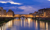 Night view of Ponte Vecchio over Arno River in Florence — Stockfoto