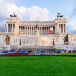Monument Vittorio Emanuele II and Altar of Fatherland in the rays of sunset in Roma — Stockfoto