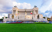 Monument Vittorio Emanuele II and Altar of Fatherland in the rays of sunset in Roma — Stock Photo
