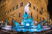 Fonte de Neptuno, na piazza della signoria em Florença, durante a noite — Fotografia Stock