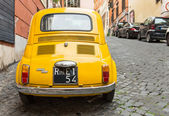 Fiat 500 parked in Rome — Stockfoto
