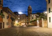 Night view of old square in Santa Croce in Venice — Stock Photo