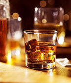 Cocktail glass of whiskey on wood bar — Stock Photo