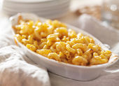 Bowl of baked macaroni and cheese — Stock Photo