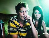 Roken van een joint op feestje — Stockfoto