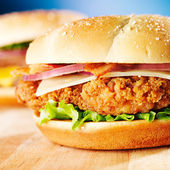 Crispy chicken sandwich with bacon close up — Stockfoto