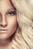 Portret van een blonde dame met een mooie haren — Stockfoto